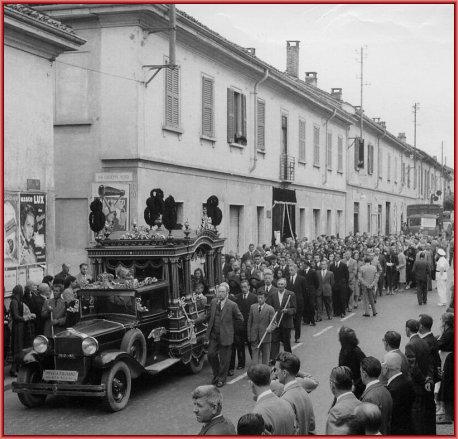 la casa e l'ingresso alla ditta il giorno dei funerali del nonno